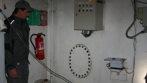 Tankprofi Mitarbeiter vor Revisionsluke des Schiffstank