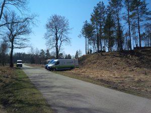 Monteure bereiten die Einstiegssicherung (Dreibein) vor. Der Tankeinstieg liegt ca. 4 Meter über dem Niveau der Straße, der Tankboden liegt ca. 4 m unterhalb der Fahrbahn