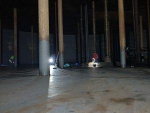 Trankprofi Team bei der Reinigung des Tankbodens, Flachbodentank