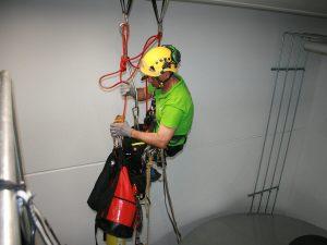 Benötigte Ausrüstung und Werkzeuge sichert der SZT Monteur über ein separates Fix Seil