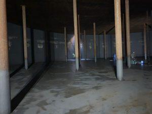 Monteure bei der Bodenreinigung und Pumpensumpfreinigung, Flachbodentank