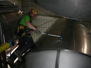SZT Monteur bearbeitet die mit Reinigungsmittel benetzte Oberfläche