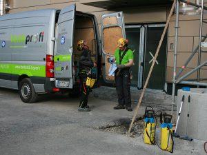 SZT Team bei der Vorbereitung für die Reinigung eines Silos im Außenbereich