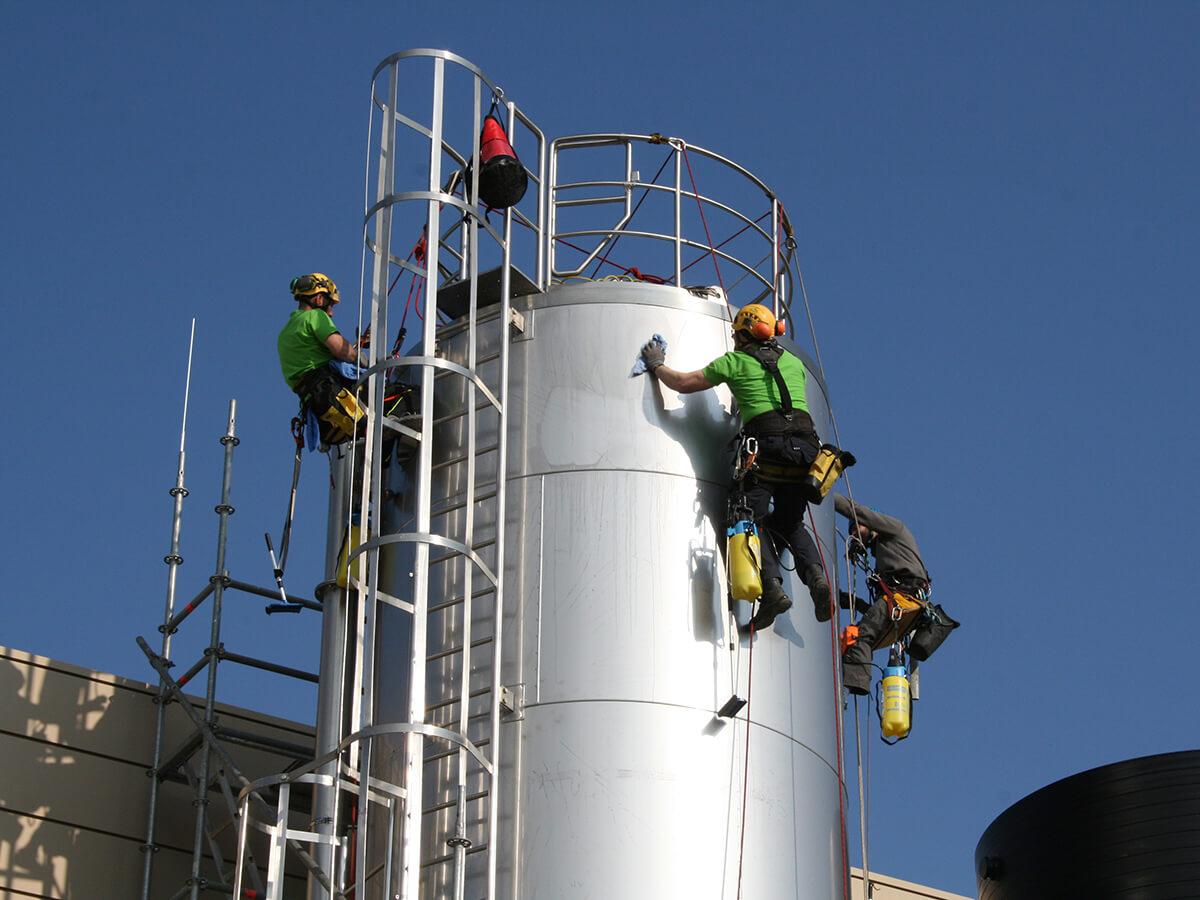 SZT Team des Tankprofi bei der Reinigung an einem Silo – Detailsicht