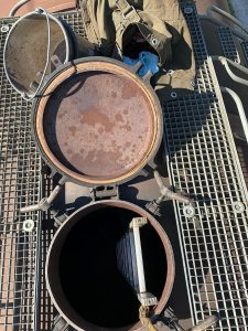 Einstieg des Reinigungsteams über die Domdeckelöffnung des KWG