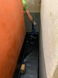 Maß gefertigter Boden fertig verlegt, Tank wird vorsichtig auf der eingebrachten Tankraumauskleidung abgesetzt