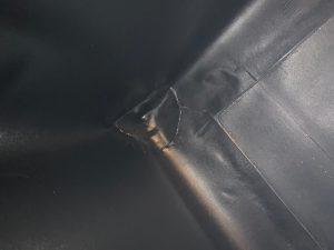 Seitenwände und Bodenbereich werden fachgerecht verschweißt, hier Detailsicht auf Schweißnähte im Eckbereich