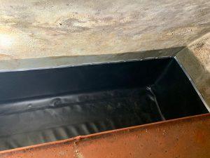 Tank in ausgekleidetem Tankraum; Seitenwände werden über Aluleisten fixiert